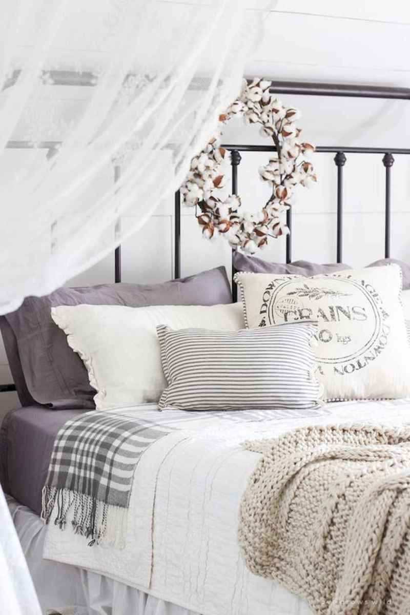 Inspiring modern farmhouse bedroom decor ideas (24)