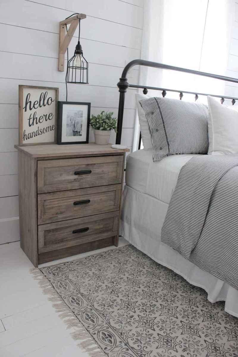 Inspiring modern farmhouse bedroom decor ideas (39)