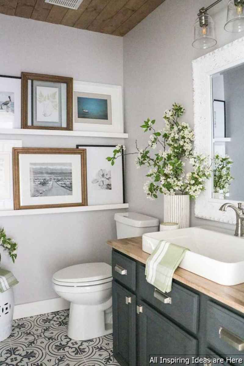Minimalist modern farmhouse small bathroom decor ideas 34