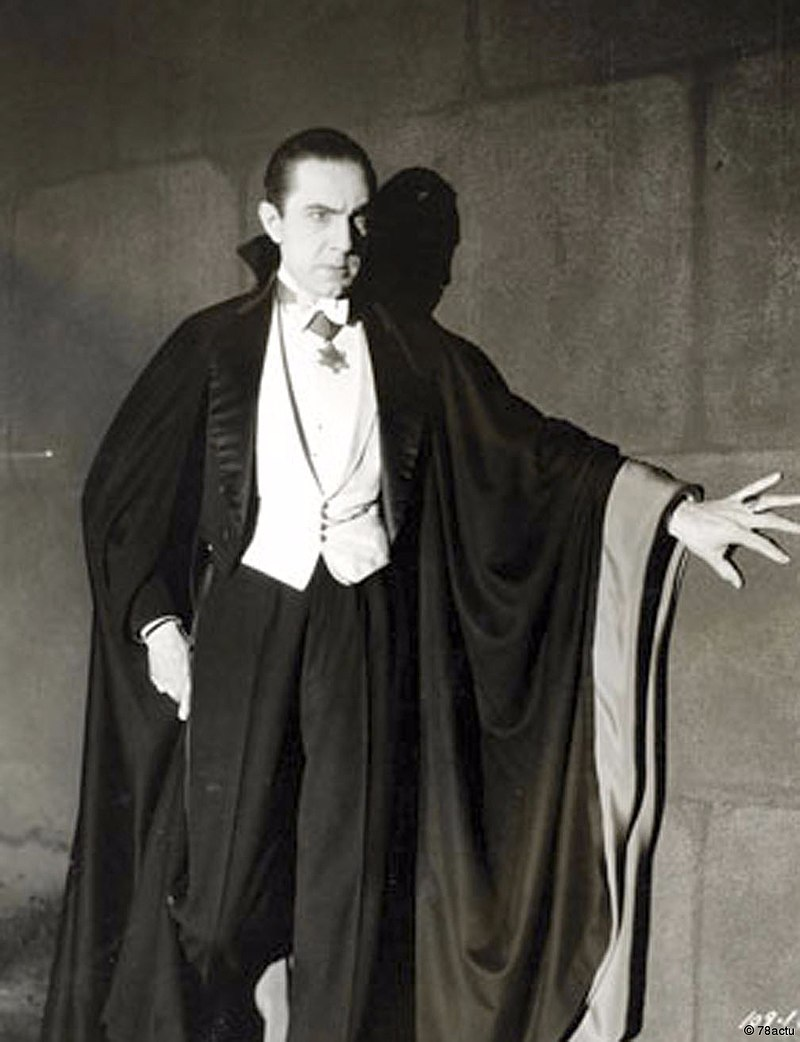 800px-Bela_Lugosi_as_Dracula,_anonymous_photograph_from_1931,_Universal_Studios