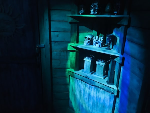 In-game: A shelf with a human skull and other idols.