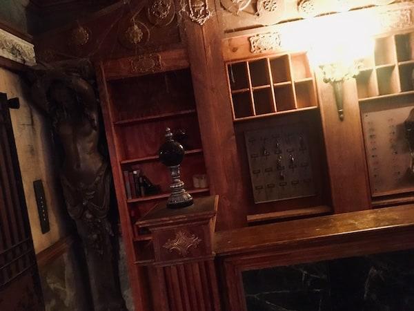 In-game: The hotel's decrepit front desk.