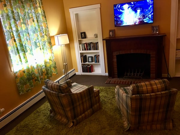 In-game: a dated, 70s living room with a flat screen TV.