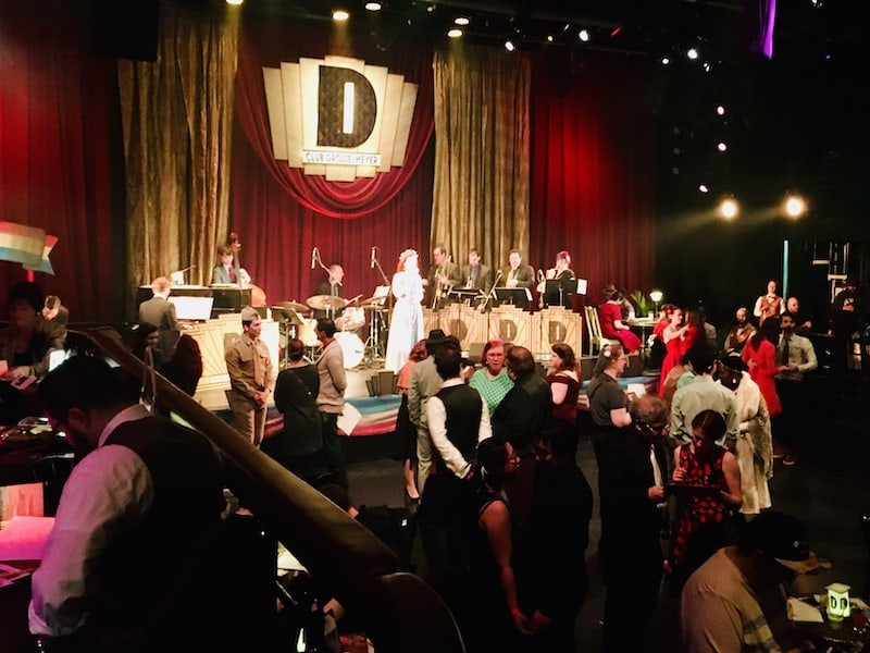 In-game: the dance floor is filled with people while the band plays on the Drosselemeyer stage.