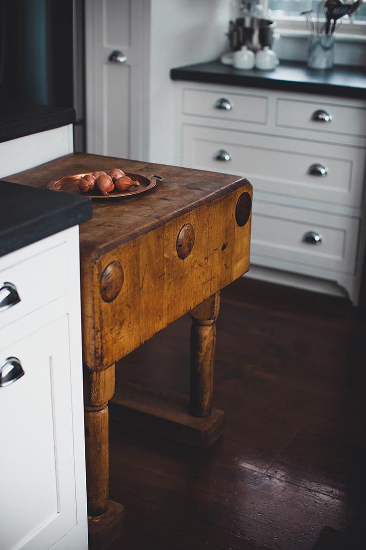 black-white-and-wood-kitchen