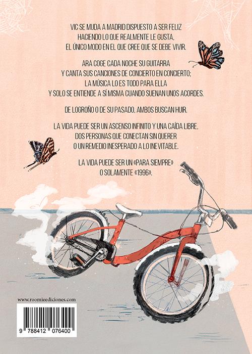 Contracubierta: una bicicleta infantil abandonada en el suelo de una habitación. Hay dos mariposas de colores en la pared
