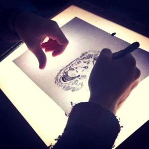 005.-tekentafel-illustratie-leeuw-300x300 Professioneel logo ontwerp: in 7 stappen