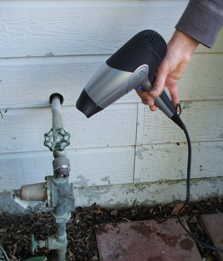defrosting-frozen-pipe-plumber