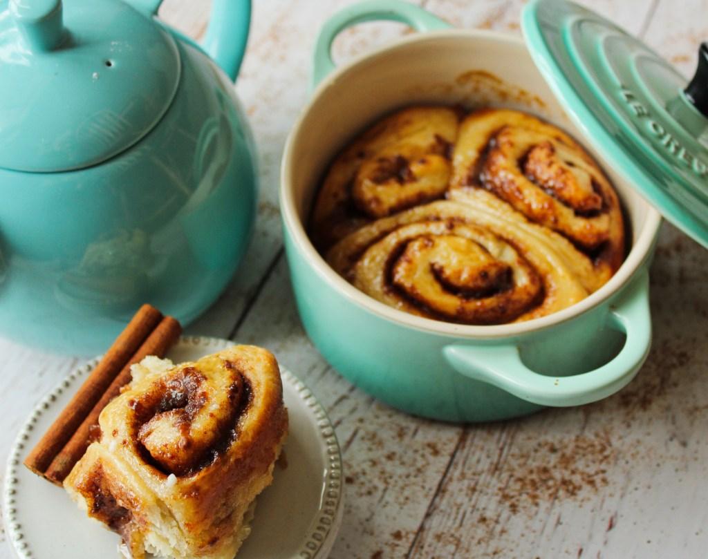 Cinnamon rolls with tea