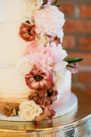 peonies and lisianthus for cake flowers