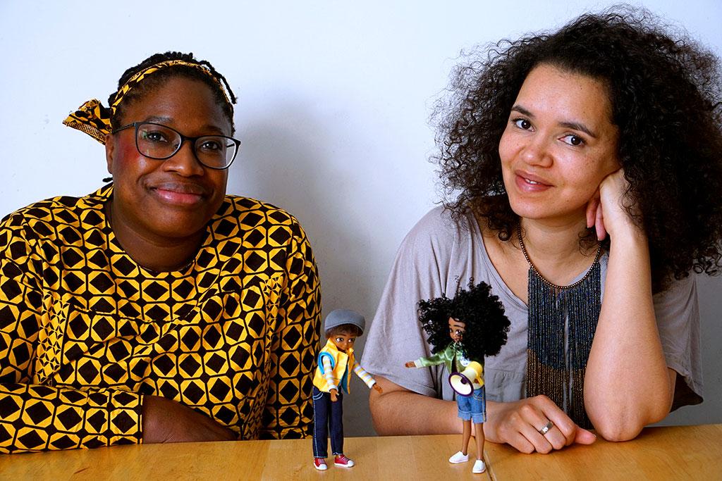 Die Gründerinnen vom Onlineshop Tebalou im Gespräch, gemeinsam mit der Puppe Lotti.