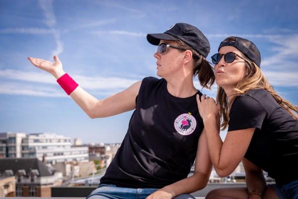 Gauche: T-shirt Mixte et Casquette Golf – Droite: T-Shirt Femme et Casquette Trucker