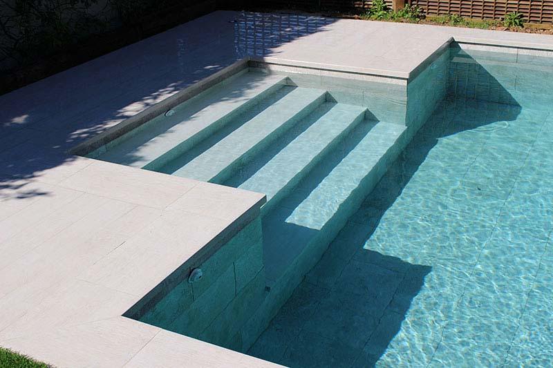 Por qu elegir gres porcelnico para tu piscina