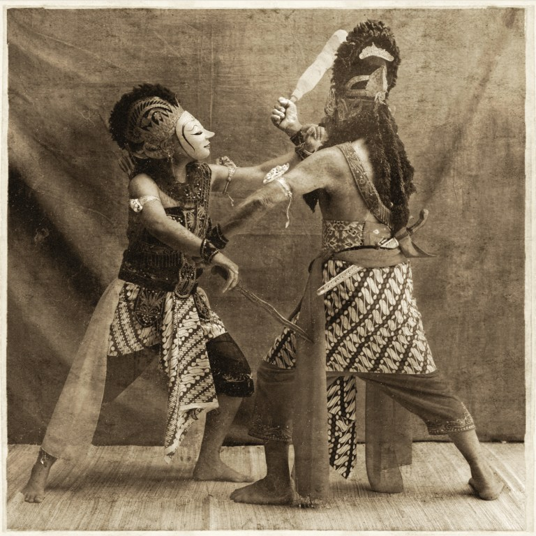 10 The battle between Panji (the prince) and Kelana (the kidnapper)