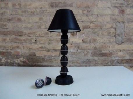 Pie de lámpara realizado con cápsulas de café Dolce Gusto