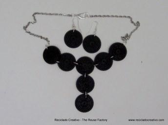 Collares y pendientes realizados con filtros de cápsulas de café Dolce Gusto
