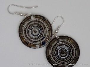 Pendientes y collares realizados con filtros de cápsulas de café Dolce Gusto. Rosa Montesa