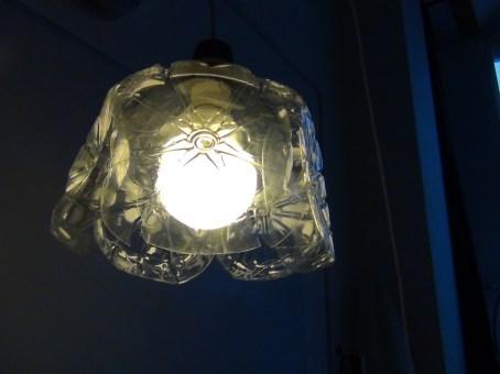 Lámpara realizada con culos de garrafas de plástico. Rosa Montesa