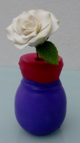 Botellas y botes de cristal cubiertos con globos de colores. Rosa Montesa