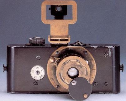"""""""Ur-Leica"""" produzida em 1913 para testes, deu origem ao primeiro modelo comercial lançado em 1925. A câmera original (da foto) reside em um cofre na Leica Camera AG."""