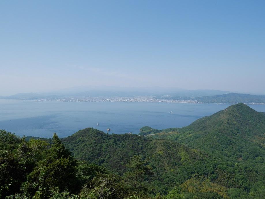 亀老山展望公園(愛媛県今治市吉海町)から南側を撮影。海の向こうに今治市が見える。