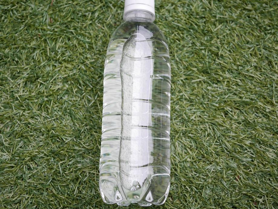 500mlのペットボトル容器に水を入れたもの。