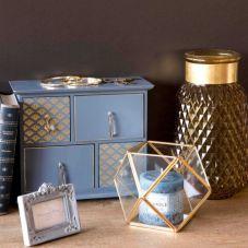 Vase en verre ambre FACETTES, 22,99€ / Terrarium en métal et verre FACETTES, 19,99€