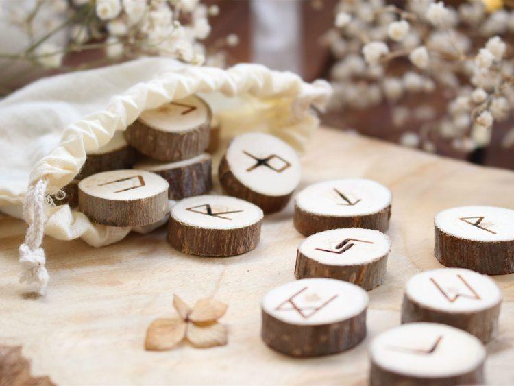 Set de 25 Runes en bois