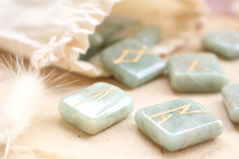 Set de 25 Runes en pierre d'Aigue Marine