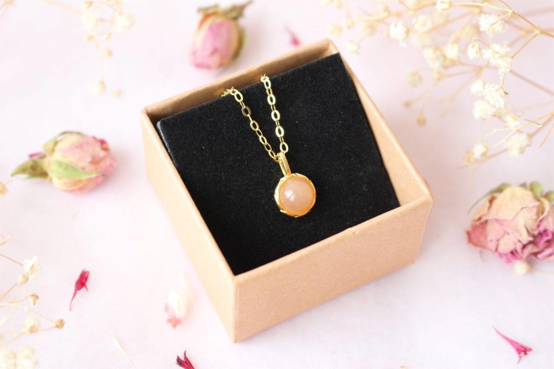 collier est en argent 925 plaquée or sertie d'une Pierre de Soleil