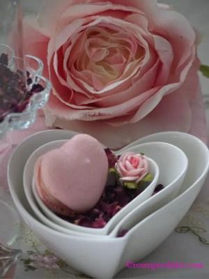 Herzschalen ineinander mit Rosenblüten und Macaron