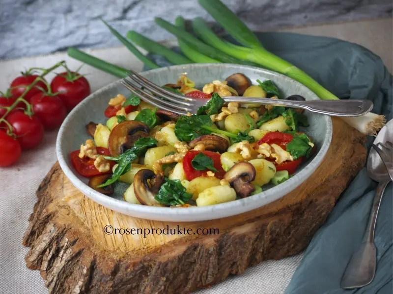 Gnocchi-Pfanne mit Pilzen, Tomaten und Spinat und Zitronensalz