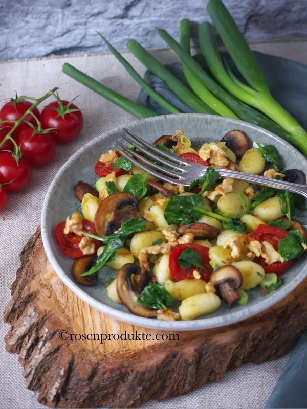 Teller auf Baumscheibe mit Gnocchi-Pfanne und Zitronen-Pfeffer