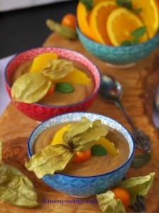 Avocado Creme im Schüsselchen auf Olivenholzbrett Bestes Schoko Dessert