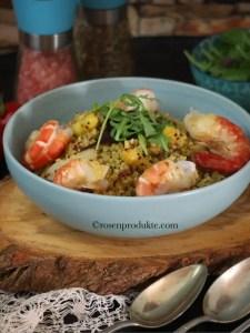 Spargelrisotto mit Garnelen und Rucola-Salat in hellblauer Schüssel angerichtet.