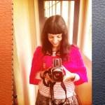 Roser Amills con camara retro