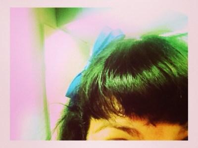 Pelo teñido de verde y un lacito? #noesbroma ;))