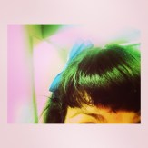 pelo teñido de verde y lazo roser amills