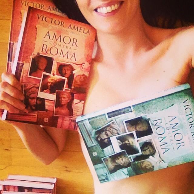 roser amills desnuda con ejemplares novela amor contra roma de victor amela