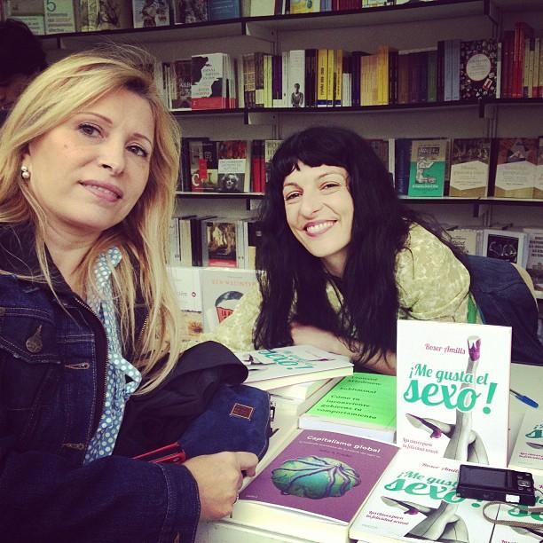 roser amills con una lectora en la feria del libro de madrid 2013