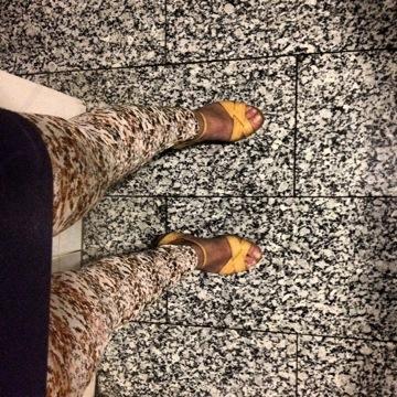 piernas de roser amills camufladas con las baldosas