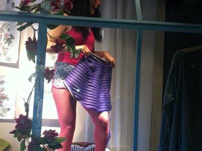 Con una de las faldas que trajo @efectolimon al escaparate de @lamallorquina20 ;))