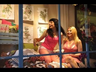Otra foto en el escaparate de La Mallorquina con Maria Lapiedra: gracias por tu visita!!!!