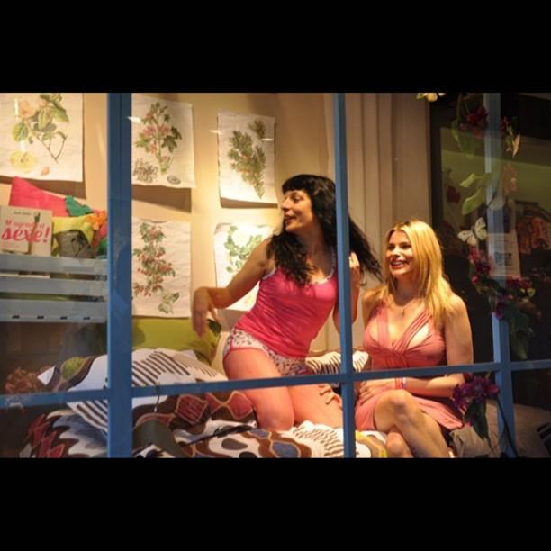 Roser Amills performance escaparate tienda La Mallorquina de Barcelona