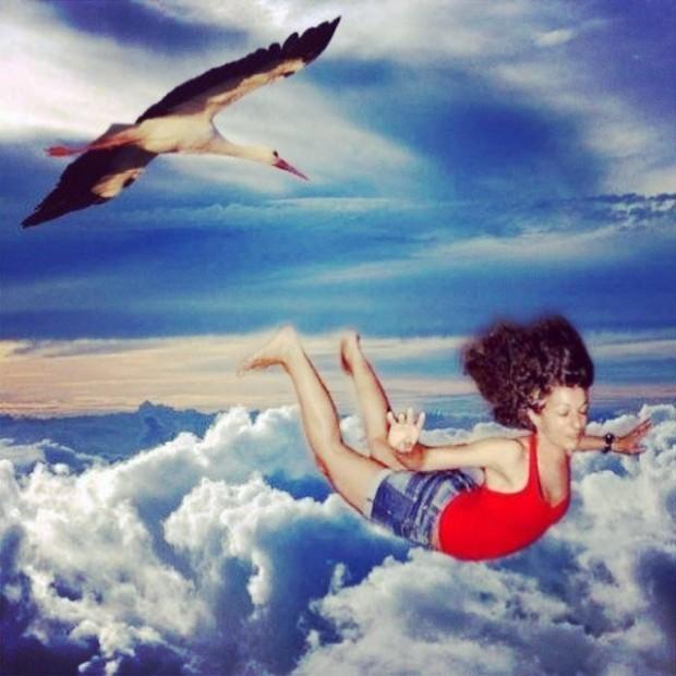 roser amills volando cielo azul