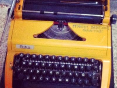 """¿Por qué una máquina de escribir en un cementerio? Si entras en Amazon y buscas """"Sé buena"""" lo sabrás :))"""