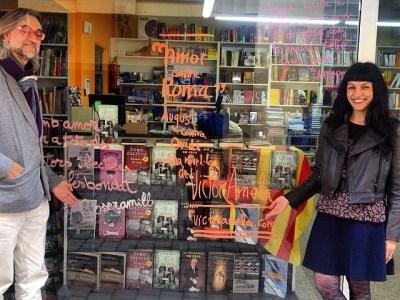 A Llibreria Índex ens han deixat signar a l'aparador i tot!! #fesbondat i #amorcontraroma :))