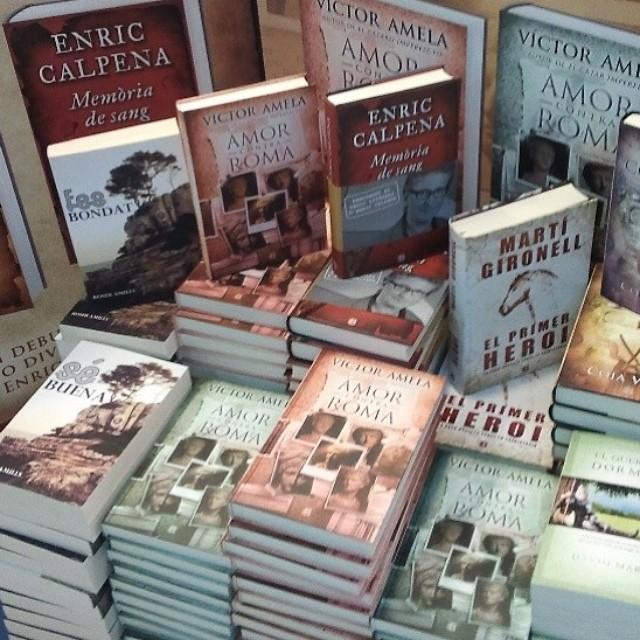 pila de llibres a serrret llibres amor contra roma i fes bondat de roser amills