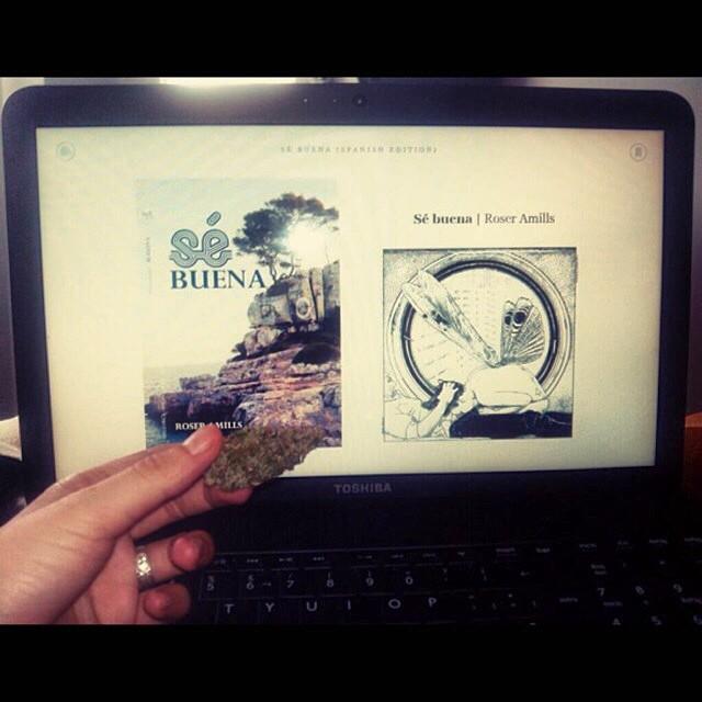 lectora envia foto de la novela se buena de roser amills en la tablet