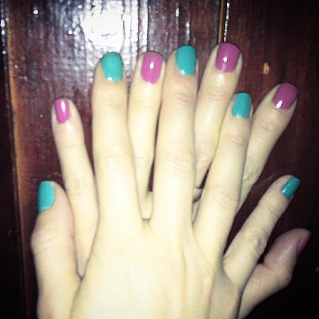 manos de roser amills uñas pintadas de dos colores